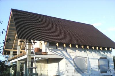 Перекрытая ондулином крыша на дачном домике