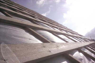 Обрешетка из досок лежит поверх реек контробрешетки
