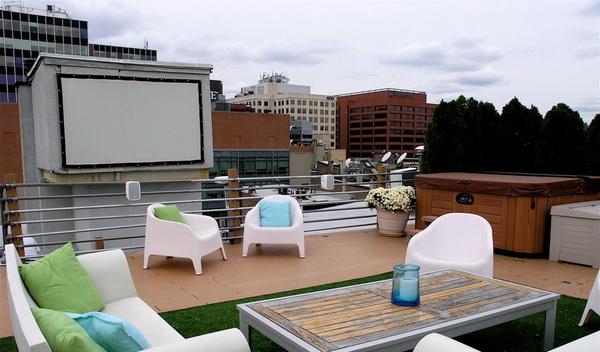 Оригинальный кинотеатр под открытым небом на террасе