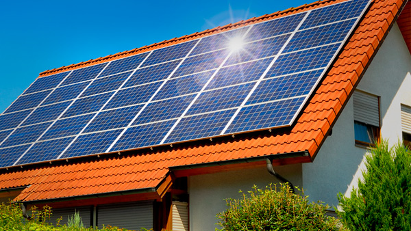 Солнечные панели на черепичной крыше