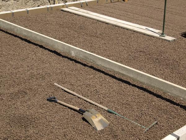 Выравнивание керамзита на плоской крыше