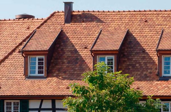 Черепица «бобровый хвост» разных оттенков на крыше