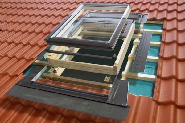 Монтаж и герметизация мансардного окна