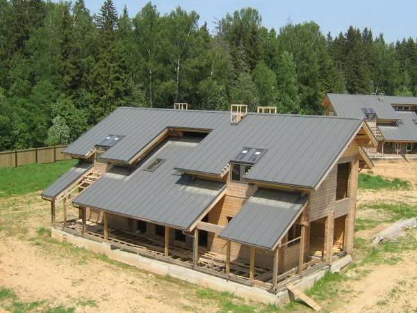 Односкатная пристройка, крыша которой визуально продлевает скат