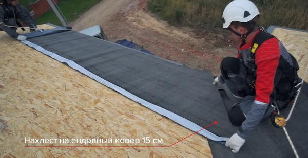 Укладка подкладочного ковра по скату крыши