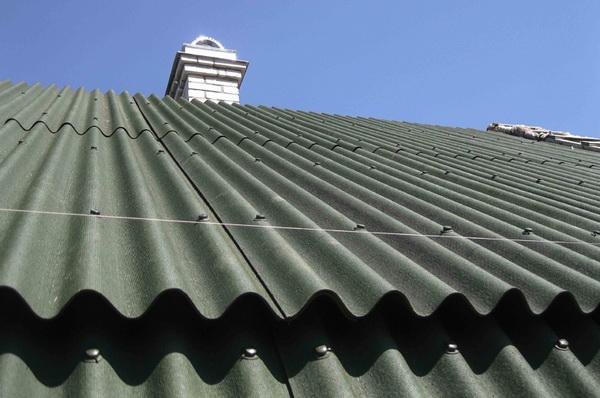 Кровельное покрытие на ломаной крыше монтируется с козырьком
