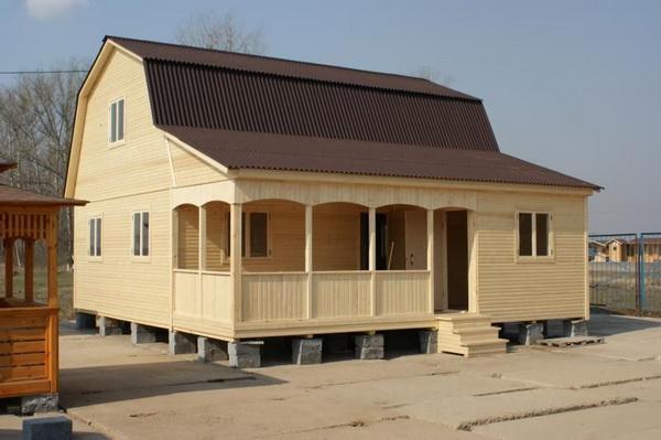 Дом с ломаной крышей и верандой