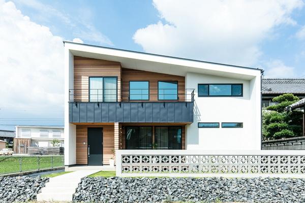 Односкатный дом, облицованный деревянным сайдингом