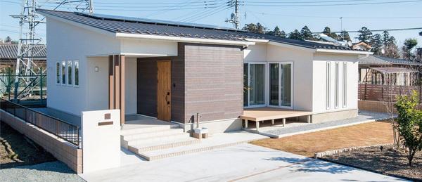 Для отделки односкатных домов с белыми стенами используют темную древесину