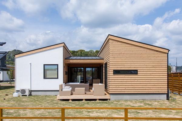 Дом с односкатными крышами на его отдельных частях