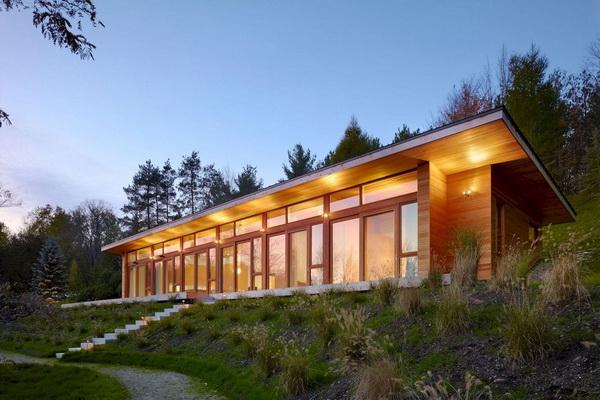 Односкатный дом с полностью остекленными стенами