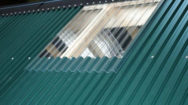 Светопрозрачная вставка в крыше из профнастила