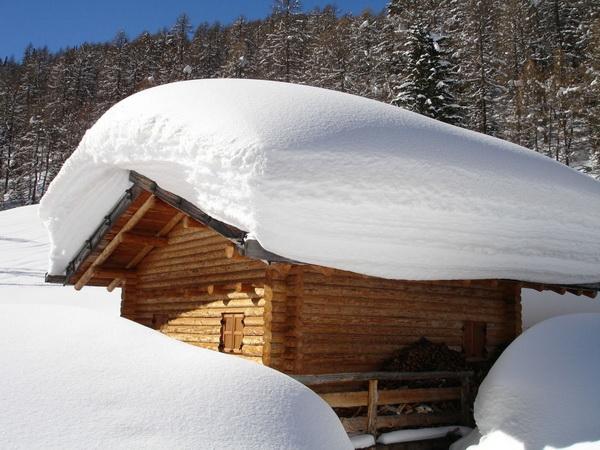 Снеговая шапка на крыше дома