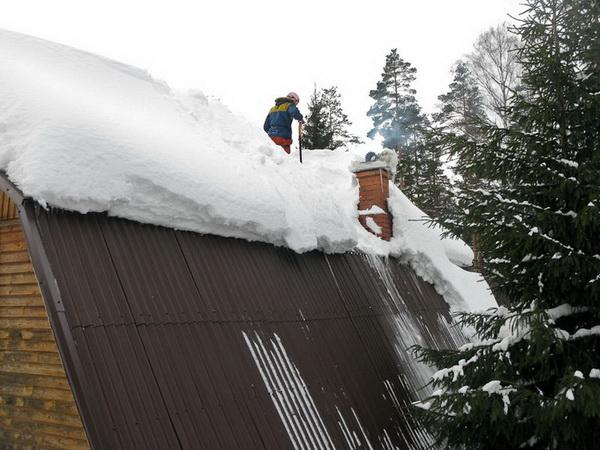 На крутых скатах снег почти не задерживается