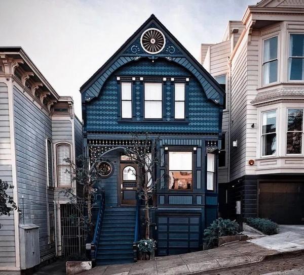 Красивый фронтон, оформленный синим деревом разной формы