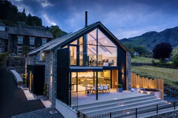 Прозрачный фронтон дома
