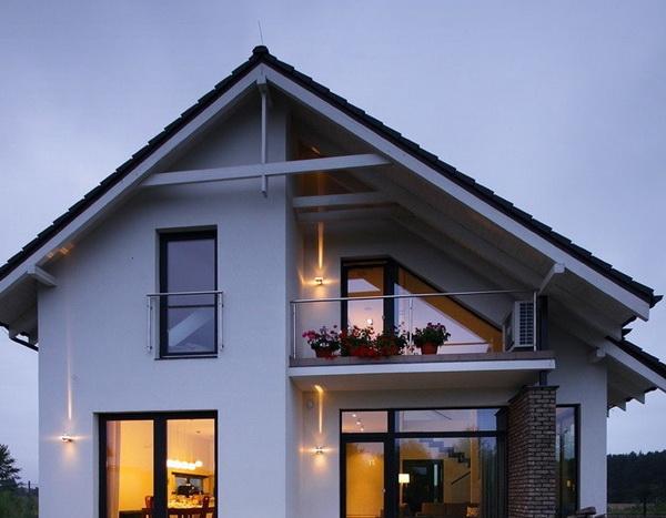 Асимметричный фронтон с балконом-козырьком