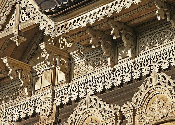 Оформление фронтона деревянного дома резными элементами