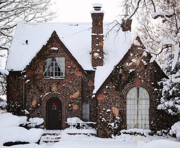 Красивый и оригинальный фронтон кирпичного дома