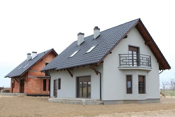 Фронтон дома с небольшим балконом