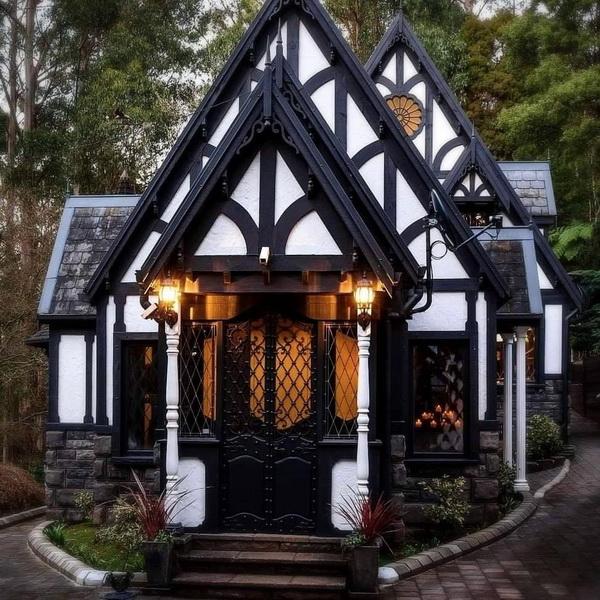 Красивый «пряничный» фронтон фахверкового дома
