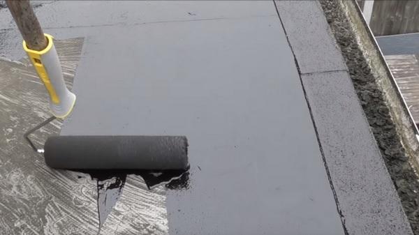 Нанесение битумного праймера на поверхность
