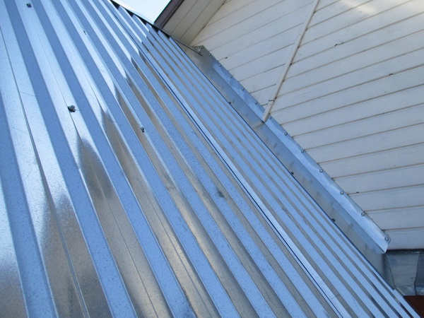 Оцинкованный профнастил на крыше пристройки