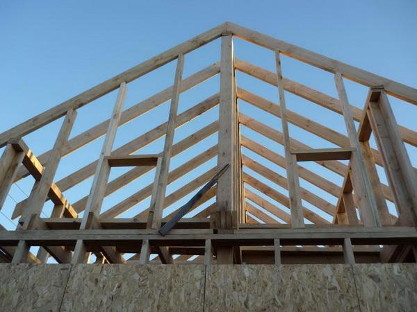 У обычного каркасного фронтона есть вертикальные стойки и горизонтальный брус в месте оконных проемов