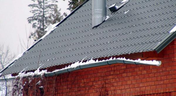 Сорванный снегом водосточным желоб
