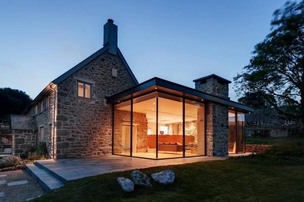 Плоская крыша пристройки к каменному дому