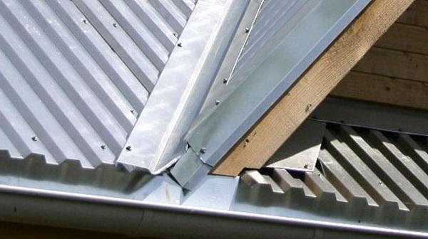 Оформление ендовы на крыше уголком