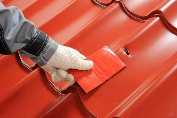 Чем и как быстро заделать крышу при протечке