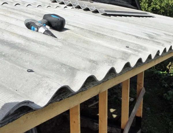 Чем и как крепить шифер на крыше